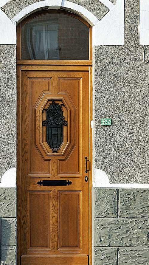 Une très jolie grille sur porte en chêne